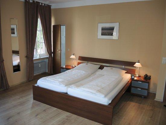 Stadthotel Jülich: Stadthotel Juelich: room with bed
