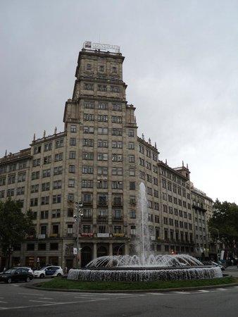 Passeig de Gràcia: la fuente en la esquina de Gran Vía y el Passeig de Gracia