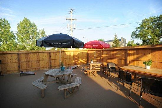 "Hallock, Μινεσότα: The ""Caribou Cabana"" outdoor patio"