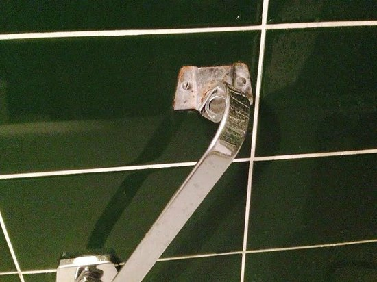 Aalborg Hotel Amsterdam: this thing is sharp and rusty, watch your step taking shower