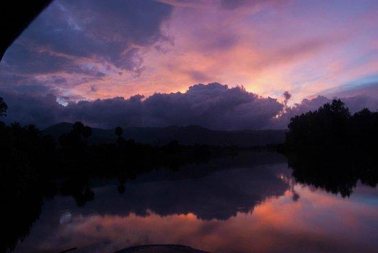 Champa Lodge : закат с видом на горы