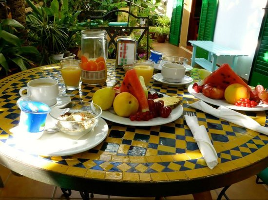 Hostal Valencia: Breakfast on the patio