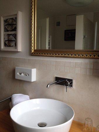 Hotel Amadeus: Bathroom sink area
