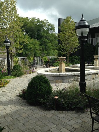 The Park On Main Hotel: Courtyard