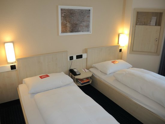 InterCityHotel Ulm: room with beds