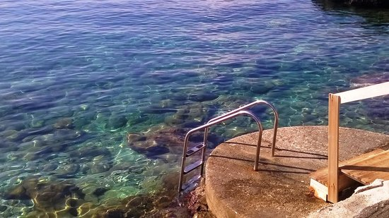 Hotel Mikros Paradisos: Steps into the sea