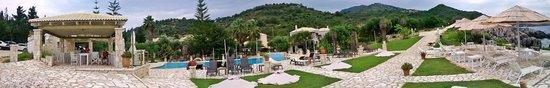Hotel Mikros Paradisos: Pool area