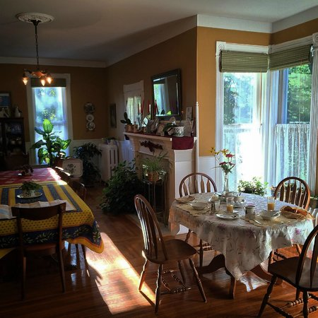 The Edwardian House Bed and Breakfast: Breakfast area