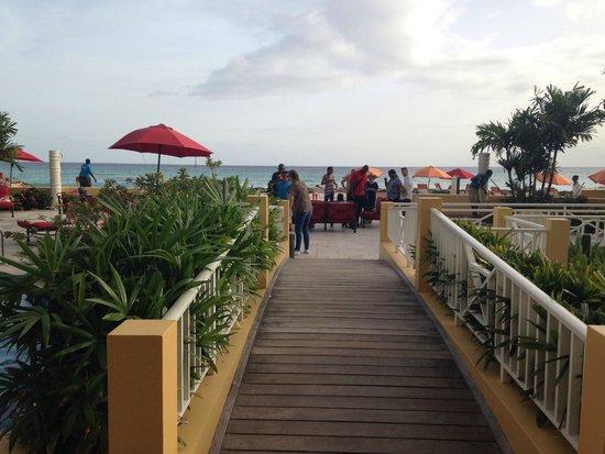 أوشن تو ريزورت آند رزيدنسز: The boardwalk to the beach