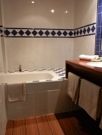 Hôtel Point France : Bathroom separated from the toilet