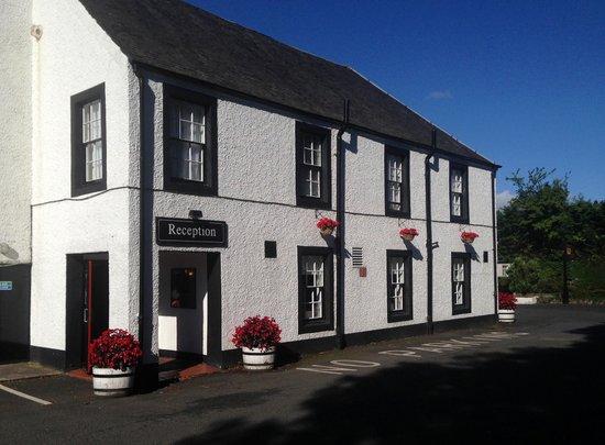Uplawmoor Hotel: welcoming exterior