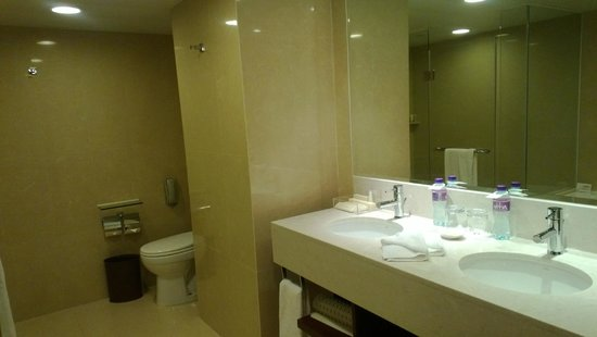 The Royal Pacific Hotel & Towers: Bathroom