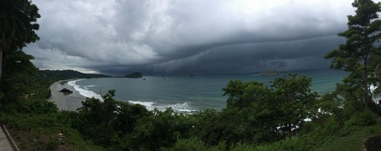 Arenas del Mar Beachfront and Rainforest Resort, Manuel Antonio, Costa Rica: beautiful storm rolling in!  view from our deck hottub!!