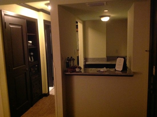 Jupiter Beach Resort: Wet bar area with sink and fridge