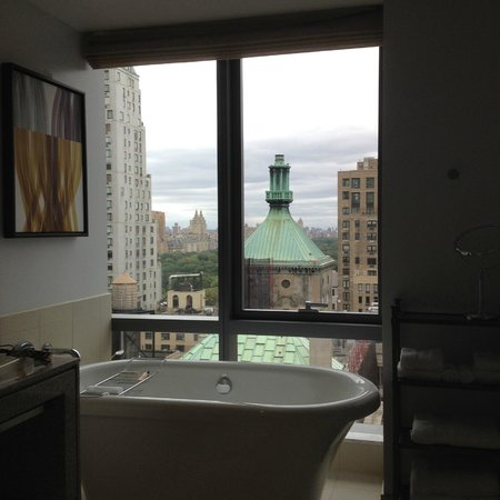 West 57th Street by Hilton Club : Soaking tub with a view