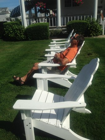 Beacon House Bed and Breakfast: Relaxing in the adirondack chairs.
