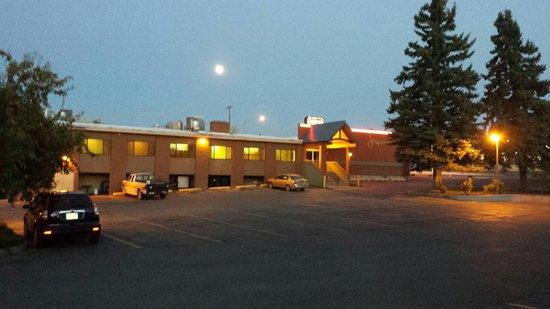 Jorgenson's Inn & Suites: Full moon over Jorgs