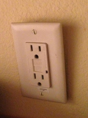 SpringHill Suites Savannah Airport: Loose, non-functioning wall socket