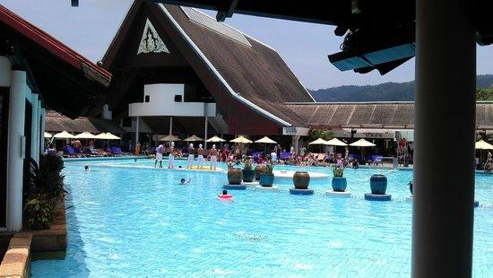 Club Med Phuket: Nice Pool - but needs some shades
