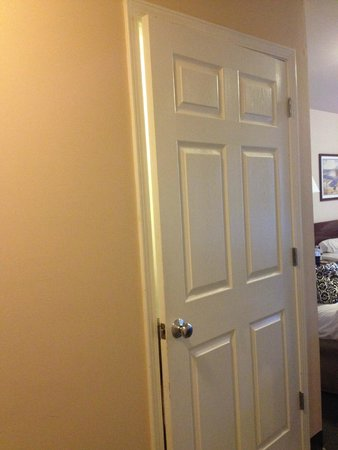 Cottonwood Suites Westminster : The bathroom door didn't close.