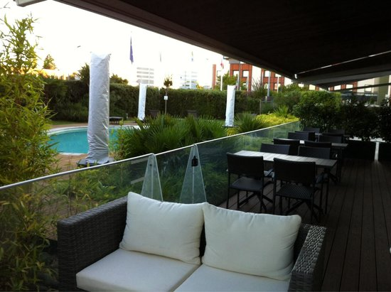 Holiday Inn Express Toulouse Airport: Patio/pool