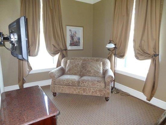 Grand Union Hotel: corner suite with sofa