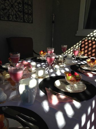 A Touch of English Bed & Breakfast : Breakfast on the deck