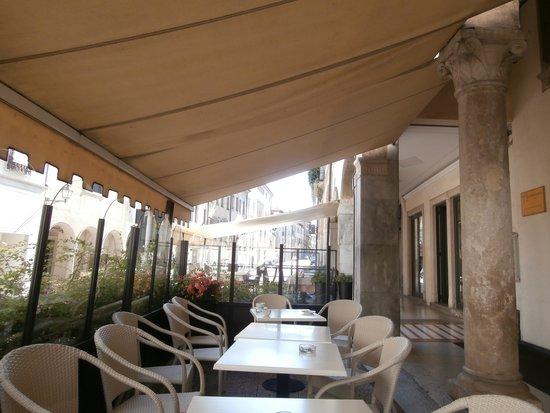 Best Western Hotel Canon D'Oro: Street drinks area