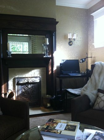 Edwards House: parlor with computer