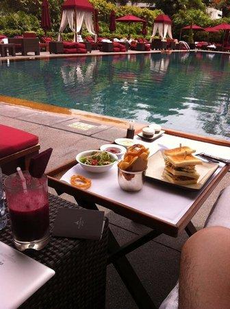 The Sukhothai Bangkok: プールサイドでの食事