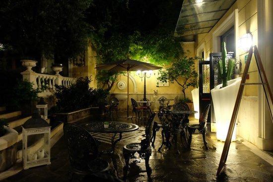 Villa San Lorenzo Maria Hotel: Hotel beautifully lit after a downpour