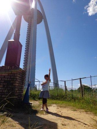 138 Tower Park: 迷路の中心からタワーをバックに