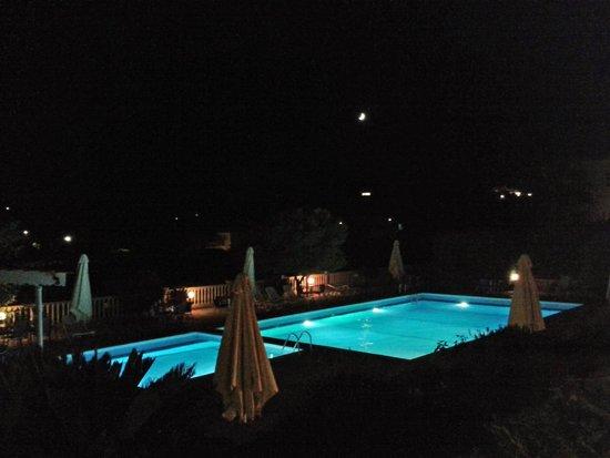 Marilen Hotel: Piscina by night