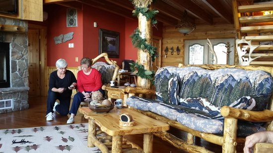 Sunburst Lodge Bed and Breakfast: Living area