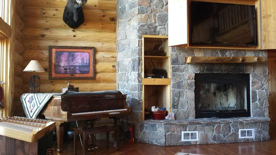 Sunburst Lodge Bed and Breakfast: Living area with fireplace