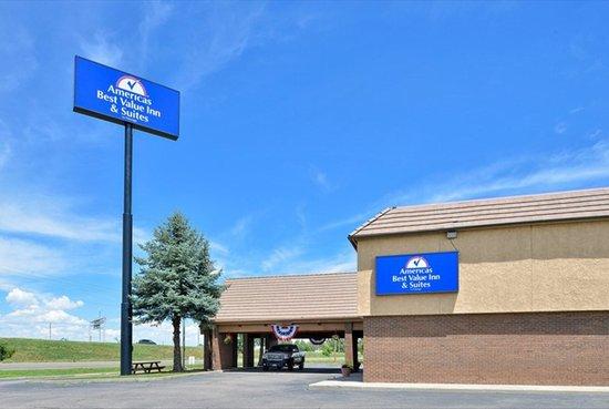 Americas Best Value Inn & Suites - Fort Collins East / I-25: Side of hotel