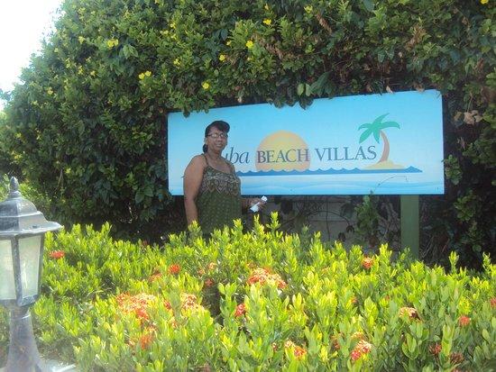 Aruba Beach Villas: In front of the hotel