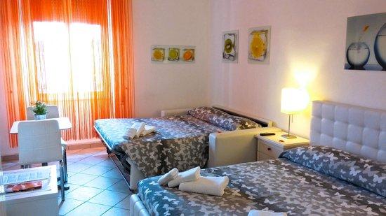 Stanza 1, letto + divano letto - Bild von Casa Vivanti, Rom ...