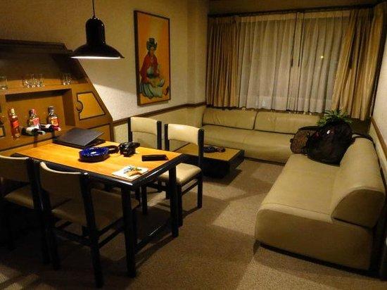Suites Real 85: Ampla sala de jantar + estar