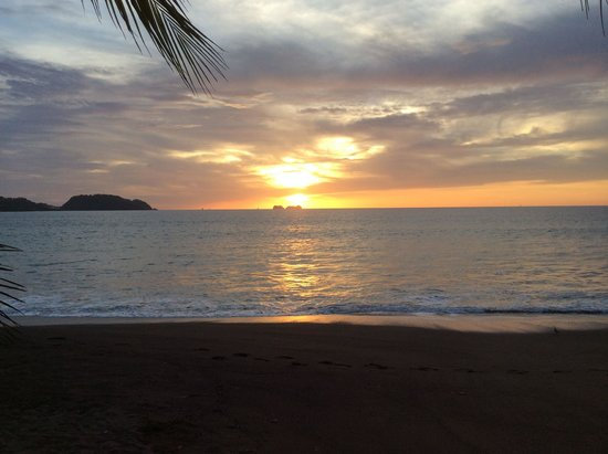 Bahia del Sol Beach Front Boutique Hotel : View of the beautiful sunset from the beach