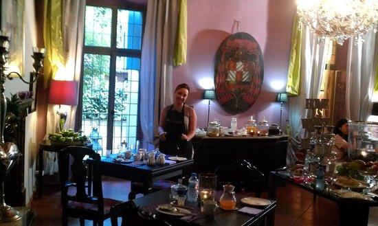 B&B Torre Di Vico: la stanza della colazione e la padrona di casa