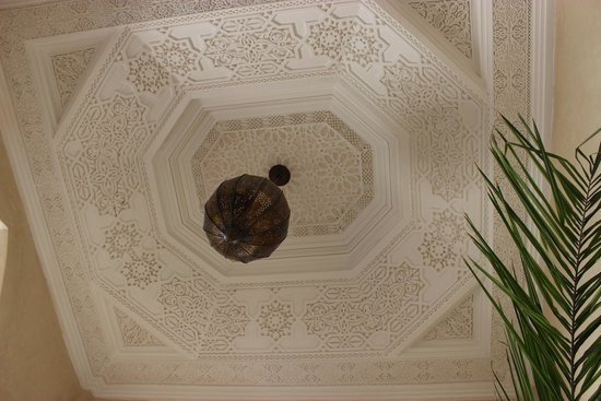 Riad Cinnamon: Decorative ceiling area above ground floor eating/ relaxing area