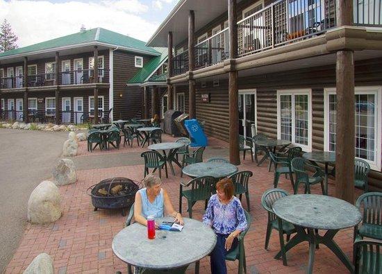 Pine Bungalows: Conference Centre patio