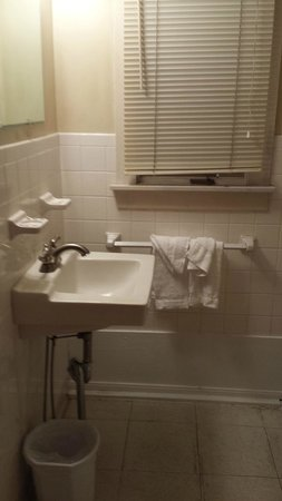 Eighteen-Thirty House Motel: Clean bathroom- not fancy but honest