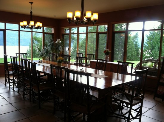 Mountain Trek Fitness Retreat & Health Spa: Family-style dining.