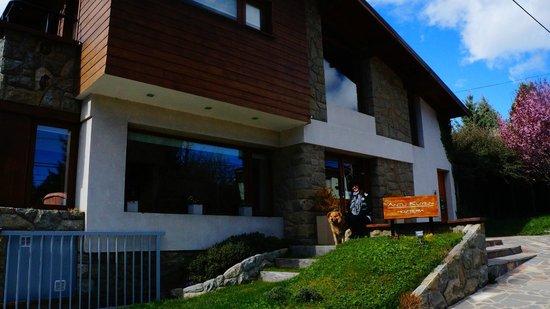 Hosteria Antu Kuyen: Fachada do hotel - Foto com o Arturo!