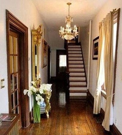 Charles Inn: Entrance Hallway
