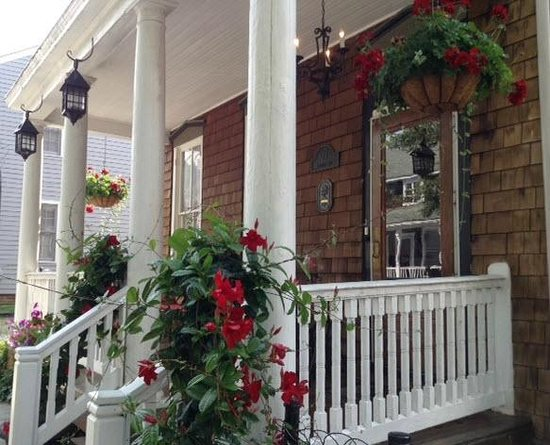 Charles Inn: Front Porch
