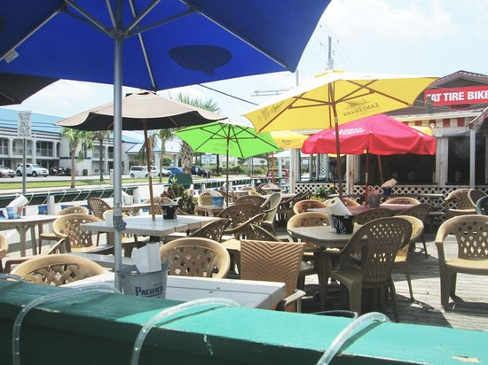 StingRay's on Tybee: Outdoor dining area