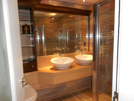 21212: Elegant Bathroom